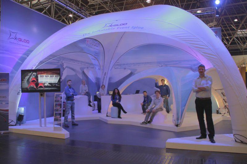 Hvitt X-Gloo messetelt med LED lys