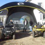 2 Can-Am kjøretøy under X-Gloo event-telt