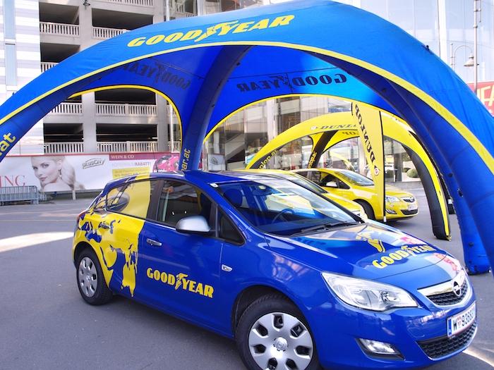 Goodyear og Dunlop profilerte biler under reklametelt