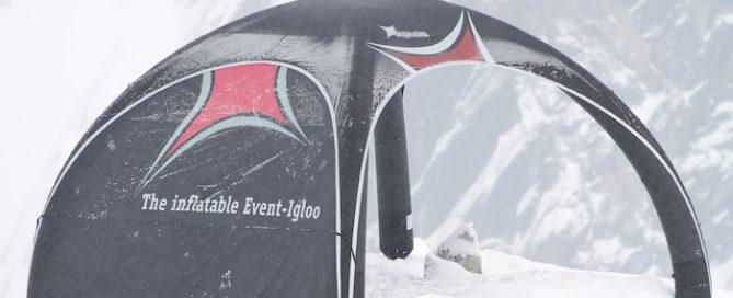 Et X-Gloo bærbart messetelt på fjelltopp