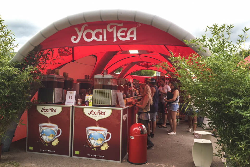 Folk samlet under Yogi Tea sitt telt